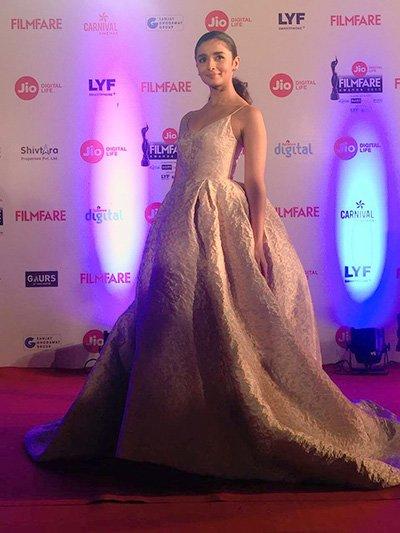 alia-bhatt-at-the-filmfare-awards-2017